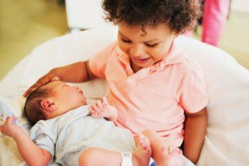 Grote broer met pasgeboren baby geeft broertje babynaam 2020