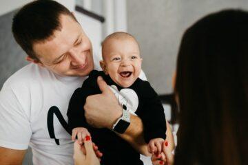 Baby krijgt jongensnamen 2020 trends als naam en lacht blij