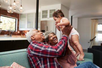 Grootouders samen met kleinkind, de voor en nadelen van oppassen