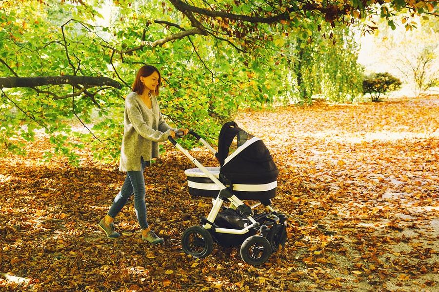 Vrouw is aan het wandelen wat dit is goed tegen aambeien tijdens en na de zwangerschap