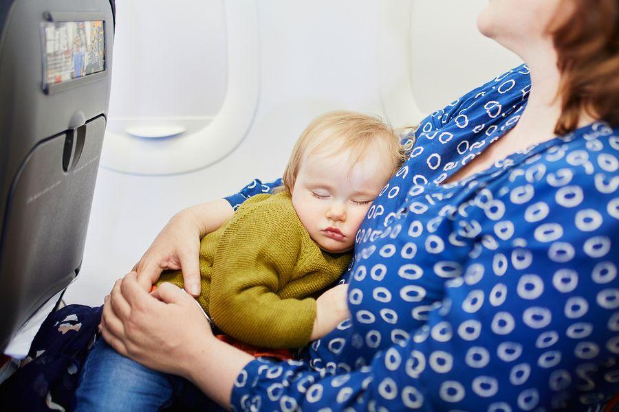 moeder reist alleen met kind en heeft toestemmingsverklaring