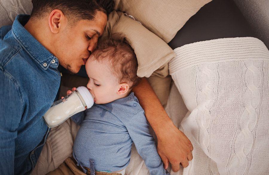 Vader geeft flesje om uitdroging baby te voorkomen