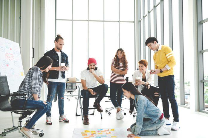 Necesitas ideas para decorar una oficina creativa, te decimos cuáles son los elementos más usados actualmente para crear un ambiente divertido.