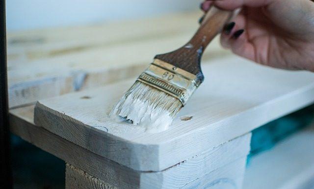Este video te explica cómo restaurar un mueble viejo, no necesitas invertir mucho, sólo lo necesario para limarlo, pintarlo y barnizarlo.