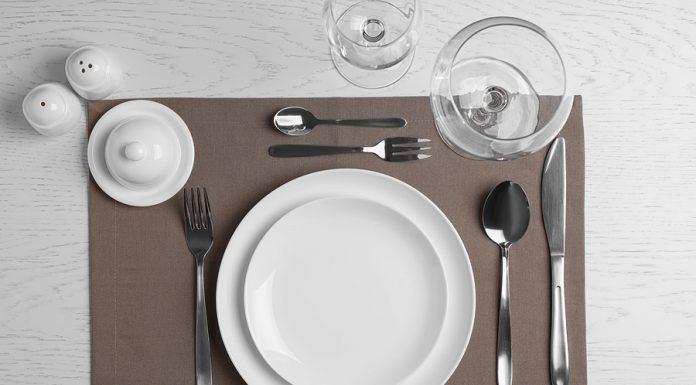 Poner la mesa para una comida formal te permitirá agregar un toque elegante y sofisticado a tus eventos, esto aunado al efecto de la decoración.