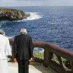 Emperor-Akihito-Empress-Michiko-bow-at-Banzai-Cliff
