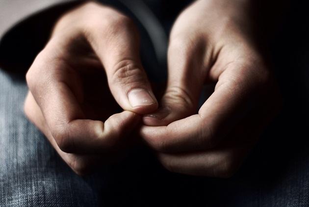 為何緊張時手部會冒汗?