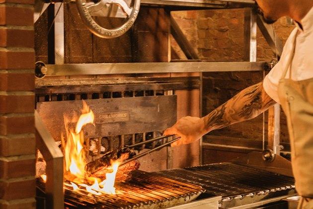回到「已知用火」時代,最原始的烹調法襲...