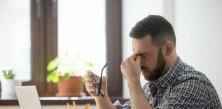 tired-stressed-worker-estrés-bigstock