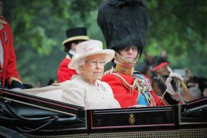 "¿Vieja yo? Reina Isabel rechaza premio a ""Vieja del año"""