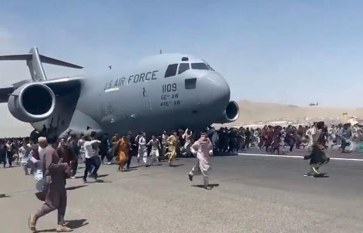 Aeropuerto Kabul en caos, personas desesperadas por salir de Afganistán