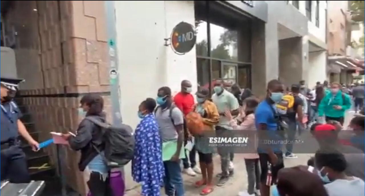 Haitianos abarrotan instalaciones de la Comar, buscan estadía en México