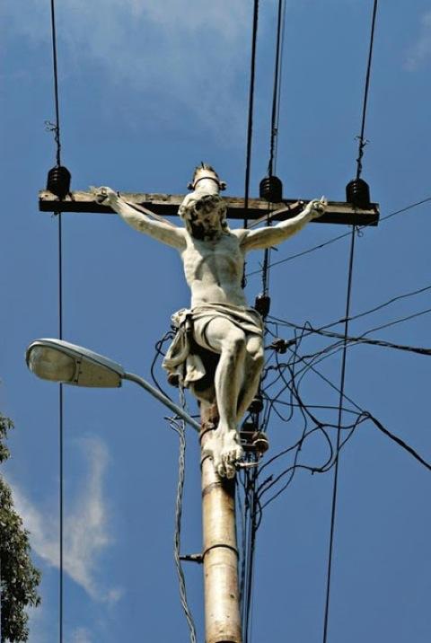 erik-ravelo-los-intocables-crucifixion-unhate-benetton-fabrica-colors-6