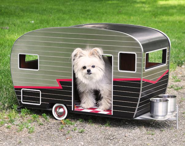 Una adorable casa para perros peque os con forma de remolque miniaturizado - Casas para perros pequenos ...