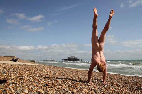 Naked Globetrotting Handstander