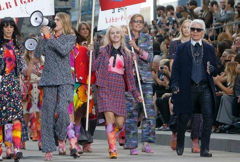 Cara-Delevingne-Chanel-Karl-Lagerfeld_MILIMA20140930_0144_8