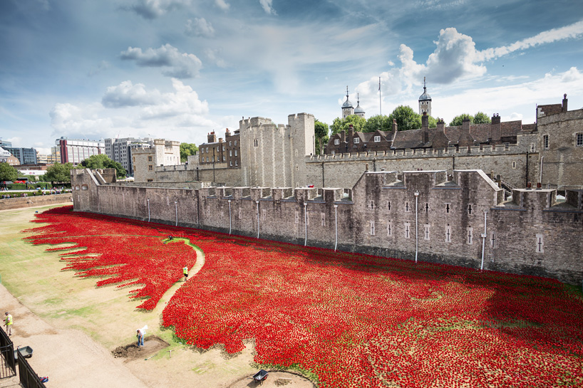 888246-ceramic-poppies-tower-of-london-remembrance-day-designboom-21