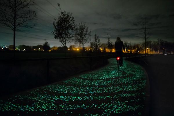 Studio-Roosegaarde-Glowing-Bike-Path-1-600x400