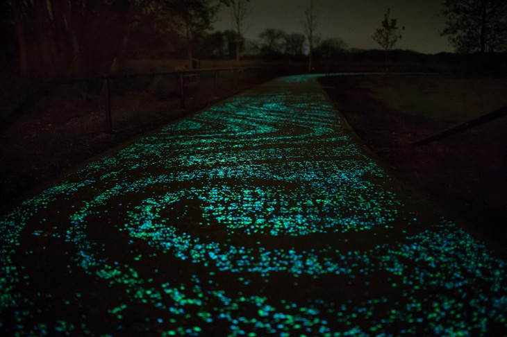 Studio-Roosegaarde-Glowing-Bike-Path-4-730x486
