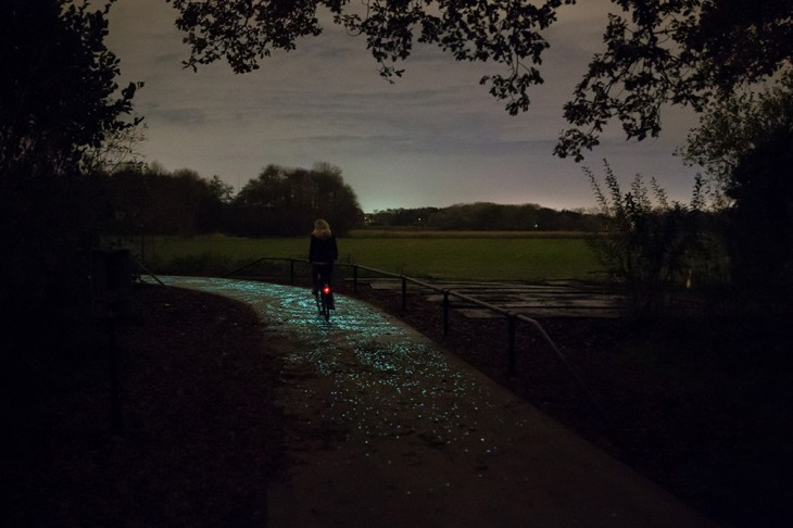 Studio-Roosegaarde-Glowing-Bike-Path-7-730x486