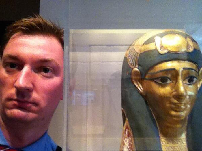 museum selfie 12