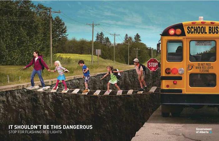 No debertía ser peligroso; deténgase cuando vea luces rojas intermitentes (It shouldn't be this dangerous. Stop for flashing red lights).