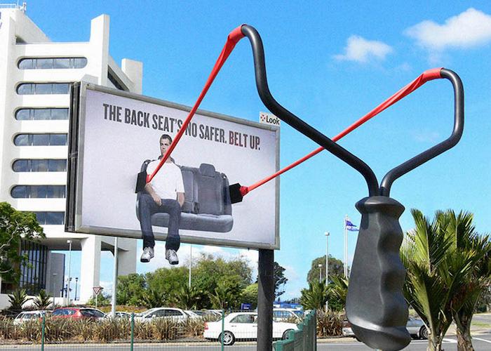 El asiento trasero es seguro hasta que usas cinturón (The back seats no safer belt up).