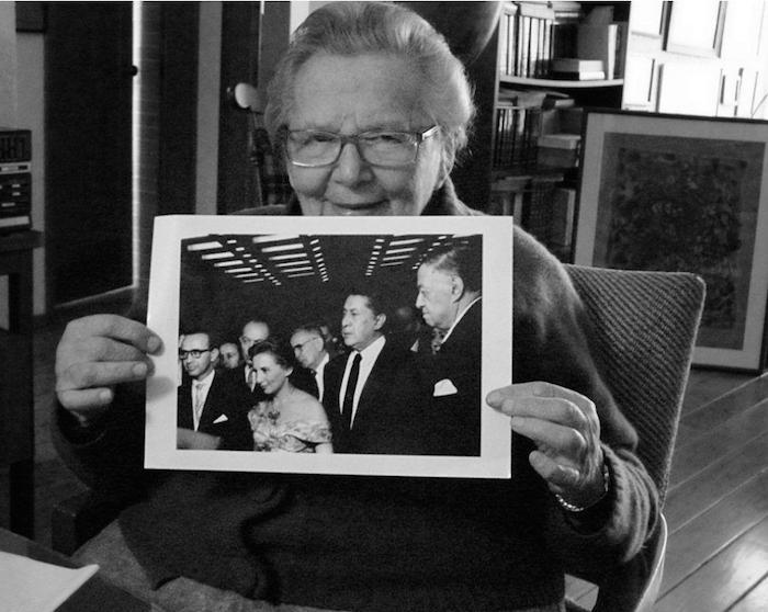 Raquel Tibol muestra la fotografía de su boda, en la que sus testigos eran David Alfaro Siqueiros y Diego Rivera