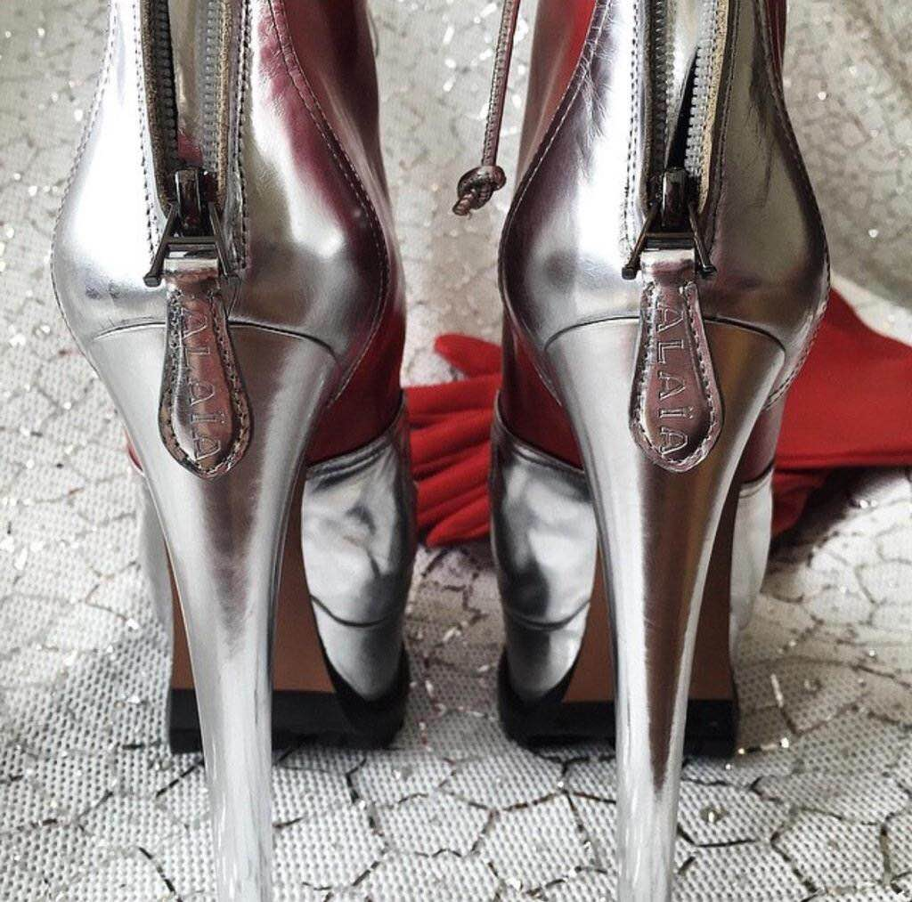 Los zapatos que portó Lady Gaga y los guantes.
