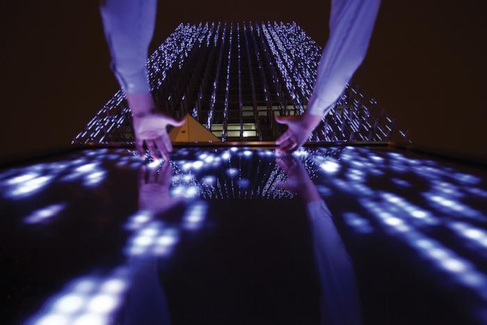 Lamp Lighting Affinity, instalación de Arte Interactiva. BCP Building, Perú, por Claudia-Paz