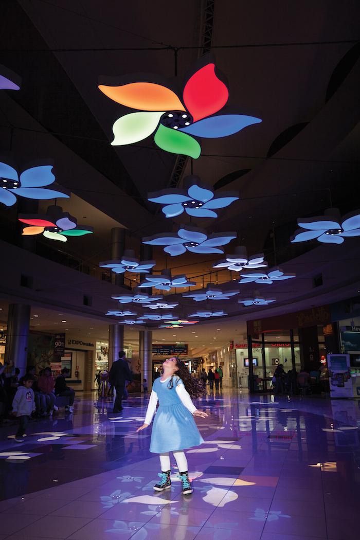 Lamp Lighting Light Garden (instalación interactiva en el CC Plaza Norte), Perú; por Claudia Paz. Image Cortesia de