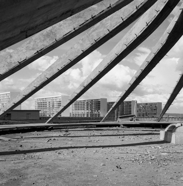 latin Oscar Niemeyer. Catedral en construcción en Brasilia, Brasil. Foto- autor desconocido. Arquivo Publico do Distrito Federal