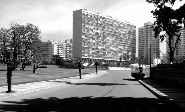 latin Raúl Sichero Bouret. Edificio Panamericano, Montevideo, Uruguay, 1959. Foto- Jorge Gambini Ons © Jorge Gambini Ons