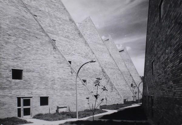 latin Rogelio Salmona y Hernán Vieco. Complejo de viviendas sociales en San Cristobal, Bogotá, Colombia, 1963-1966. Foto- Paolo Gasparini © Fundación Rogelio Salmona