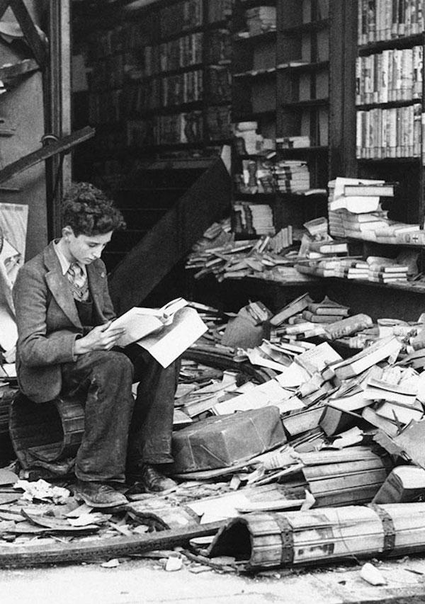 Librería destruída por un bombardeo, Londres 1940