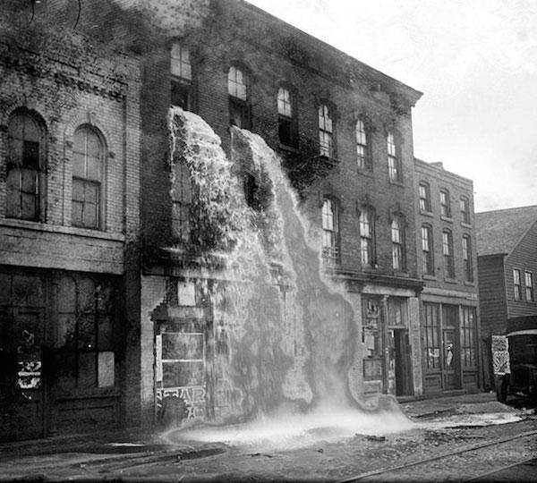 Alcohol ilegal es echado al suelo durante la prohibición en Detroit, 1929
