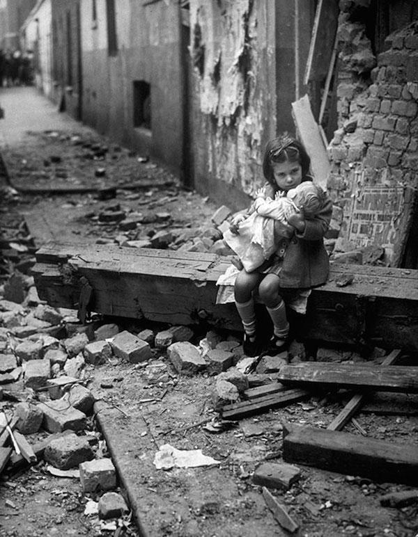 Hogar destruido por un bombardeo en Londres, 1940