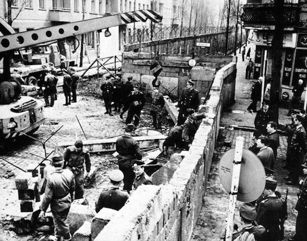 Construcción del muro de Berlin, 1961