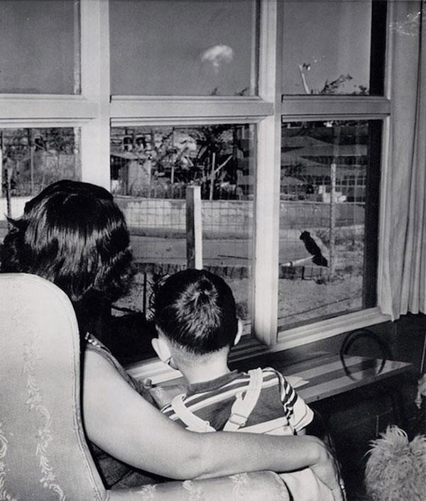 Una mujer y su hijo observan a 70 millas de distancia una prueba nuclear en Las Vegas, 1953