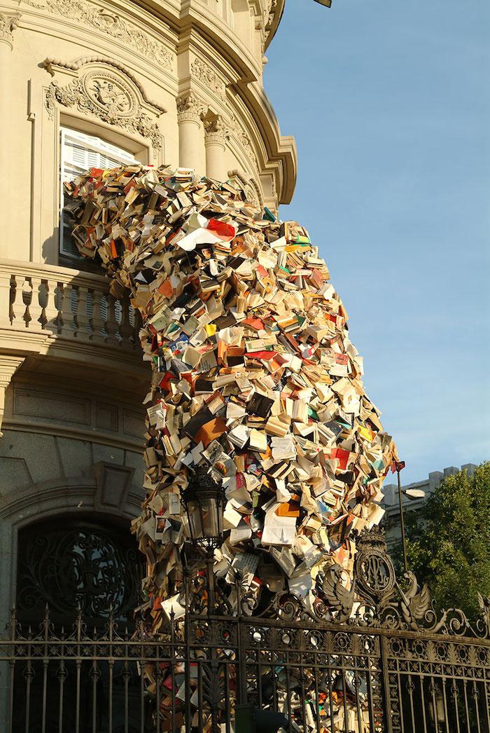 FOTO Escultura de libros cayendo, por Alicia Martin