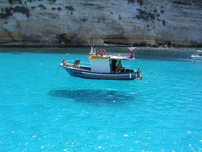 FOTO Esta barca parece estar flotando en el aire