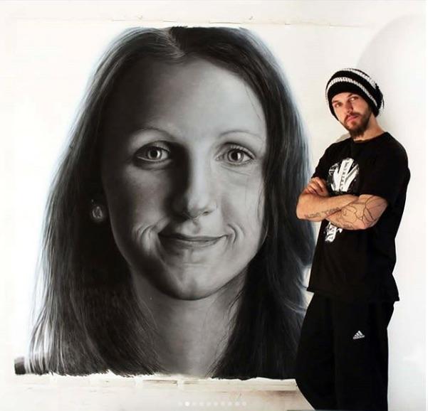 Dino Tomic es un tatuador noruego que usa técnicas únicas para la creación de sus obras, como pólvora, tinta fluorescente y otra que se activa con el agua.
