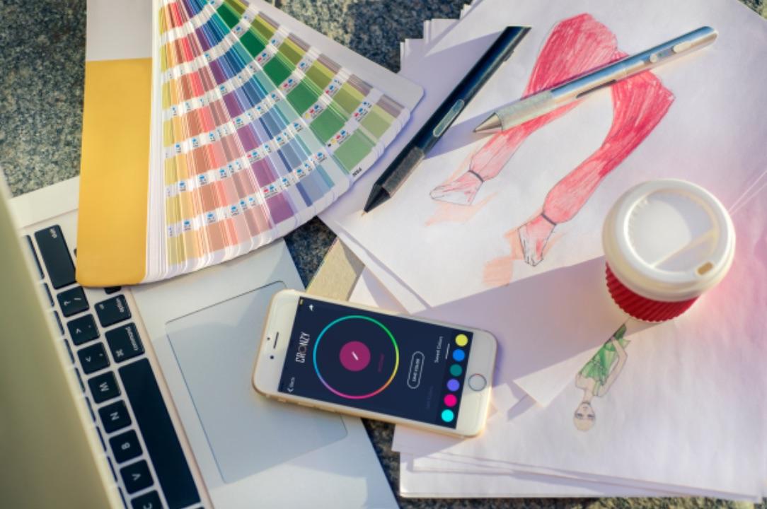 Cronzy es una pluma que permite detectar cualquier color de cualquier objeto y mediante una mezcla de tintas, crear el tono igual para dibujar.