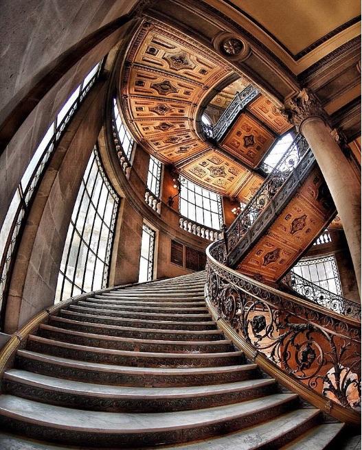 El Munal es un edificio construido en el porfiriato, por su Arquitectura Monumental es ahora un espacio muy reconocido para el arte clásico.