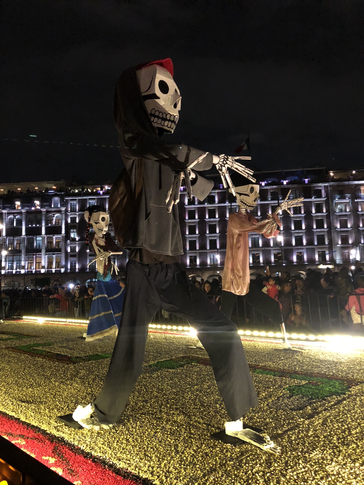 La mega Ofrenda del Zócalo estará dedicada a los migrantes que perdieron la vida en su búsqueda por cumplir su sueños, estará hasta el 4 de noviembre.