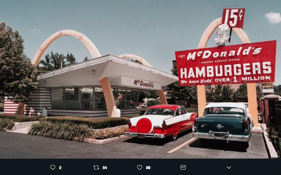 El logo de McDonald's surgió de unos detalles del primer restaurante inaugurado en 1953, en los 60's fue adoptado como parte de la identidad.