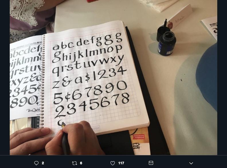 Hacer lettering no significa los ejercicios de la infancia, diseñar caligrafía artística a mano es un reto de aprendizaje que que te será muy útil.