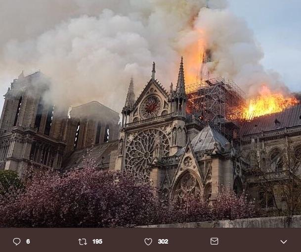 El incendio que inició casi a las 5 de la tarde (hora de París) se originó en la parte superior de ésta, donde se llevan a cabo trabajos de renovación.