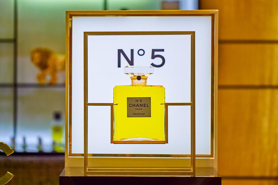 El envase de Chanel No 5 es uno de los frascos de perfume más reconocidos de todos, esto se debe a su elegancia sobria sin exceso de detalles.