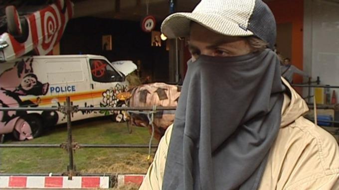 En una entrevista transmitida por televisión podría revelar la verdadera identidad de Banksy, el artista y grafitero que se mantiene en anonimato.